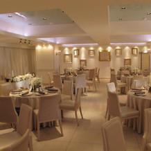披露宴会場。天井低め。白が基調で明るい!