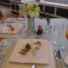 料理の写真。出席者同士の距離が近いです