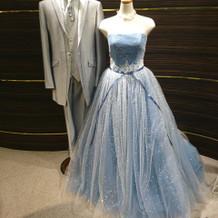 美しいカラードレスですね。