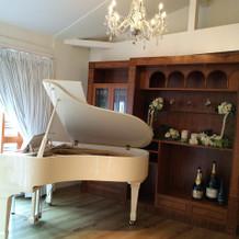 披露宴会場には白いグランドピアノ