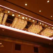 披露宴会場の高い天井