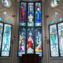 ステンドグラスと祭壇