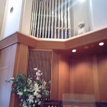 チャペル内祭壇脇にあるオルガン