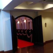 チャペルの入り口。扉も味わいがあります。