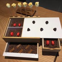 マカロンやチョコの入ったボックス