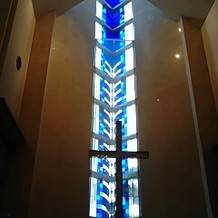 祭壇正面のステンドグラス