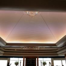 挙式会場。天井にあるライトは、色変更可