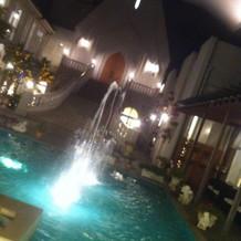 夜の外の噴水