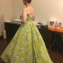 カラードレスはグリーンに花柄の刺繍