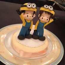 ミニオンの衣装のケーキトッパー