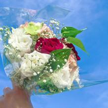 演出で余った花は来賓へ配りました