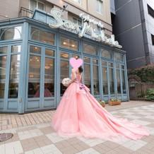 他店から取り寄せたピンクのドレス