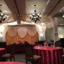 披露宴会場 程よい広さで照明も素敵です。