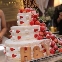 流れるイチゴのネイキッドケーキ