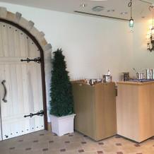 カウンターと木の素敵なドア