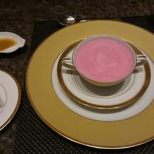 ピンクのスープ。色合いが綺麗。
