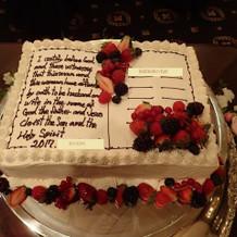 本の形のウェディングケーキ