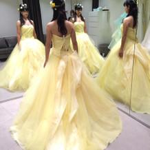 黄色のドレスでもいろいろそろってました!