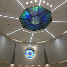 チャペルの天井。綺麗なステンドグラス