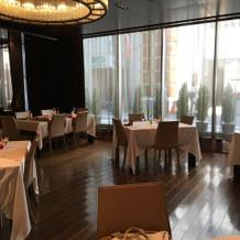 自然光が差し込むレストラン