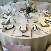 テーブルは白とグリーンでナチュラルな感じ