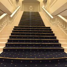 玄関に入るとすぐある階段です。