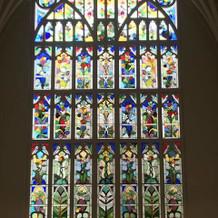 教会のステンドグラスは花のモチーフ