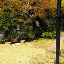 控え室などの部屋からは石塔や滝が見えます