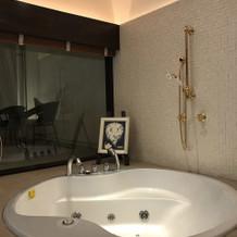 控え室内にある浴槽です。