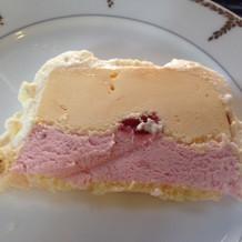 アイスケーキ。取り分けてくれます。