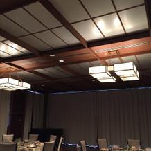 披露宴会場の照明