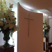 式場の花とクロス