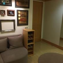 新郎の控え室ソファ