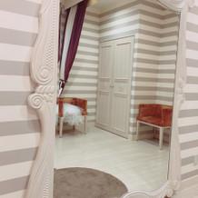 大きい鏡のあるブライズルーム