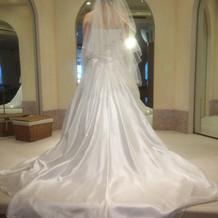シルエット重視のドレスが豊富。