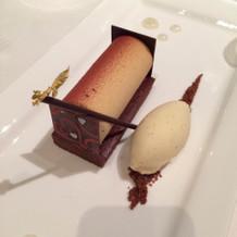 チョコレートのケーキとトンカ豆のアイス。