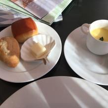 パン2種類とトウモロコシのスープ