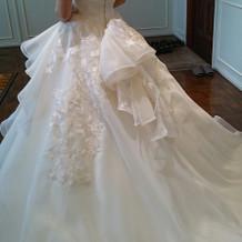 挙式当日のウェディングドレス背面