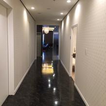 可愛らしい模様の壁紙の廊下です
