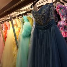 可愛いカラードレスが並んでいます