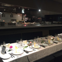 オープンキッチンの披露宴会場。