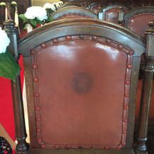 チャペルの椅子には家紋