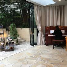 ピアノの生演奏付き