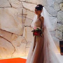 差し込む光がドレスを輝かせます。