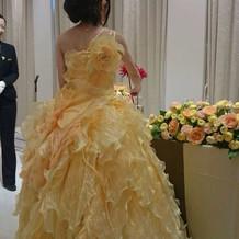 黄色とオレンジのカラードレス