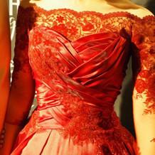 赤の袖つきドレス