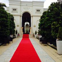 入り口から赤いカーペットが敷いてあります