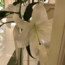 本物のユリのお花を挙式会場に飾る