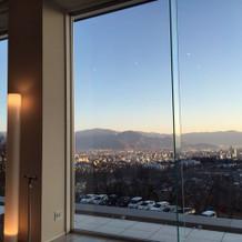 大きな窓からの景色は抜群です。