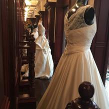 ドレスが日替わりで並ぶショーウィンドウ内